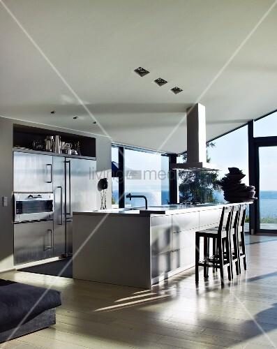 designerk che mit freistehendem k chenblock vor verglaster fensterfront bild kaufen living4media. Black Bedroom Furniture Sets. Home Design Ideas