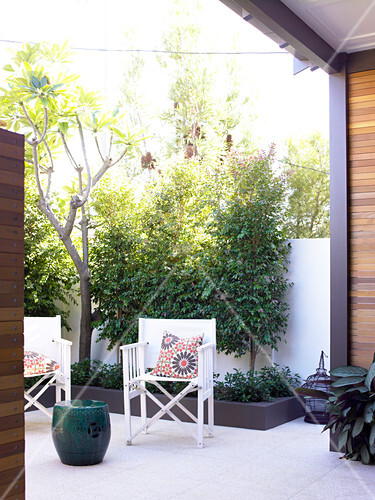 terrassenstuhl mit weissem segelstoff auf moderner. Black Bedroom Furniture Sets. Home Design Ideas