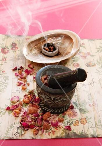 getrocknete rosenbl tter im r uchersch lchen bild kaufen. Black Bedroom Furniture Sets. Home Design Ideas