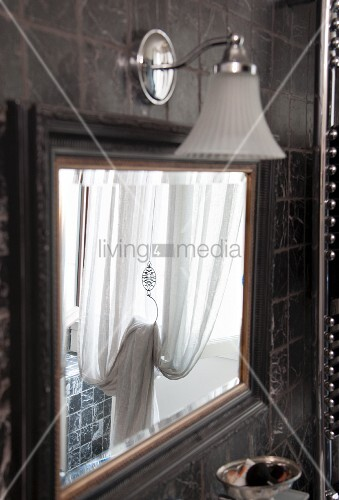 Lovely Wandleuchte Bad Retro Vintage Spiegel Mit Wandleuchte An Gefliester Wand In  Mediterranem .