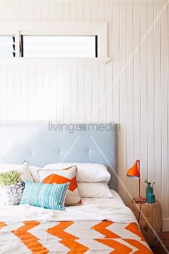 doppelbett mit kopfteil baumstamm als nachttisch in einem schlafzimmer living4media. Black Bedroom Furniture Sets. Home Design Ideas