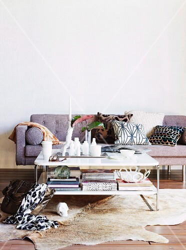 Sitzecke in wohnzimmer mit sofa tierfellvorleger for Sitzecke wohnzimmer