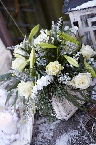 weihnachtlicher blumenstrauss mit rosen und lilien bild kaufen living4media. Black Bedroom Furniture Sets. Home Design Ideas