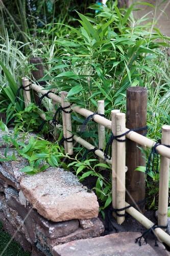bambus beet hinter naturstein einfassung und mit schn ren. Black Bedroom Furniture Sets. Home Design Ideas