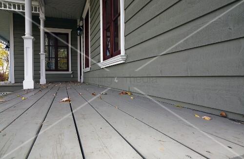 dielenboden auf veranda eines grau gestrichenen holzhauses bild kaufen living4media. Black Bedroom Furniture Sets. Home Design Ideas