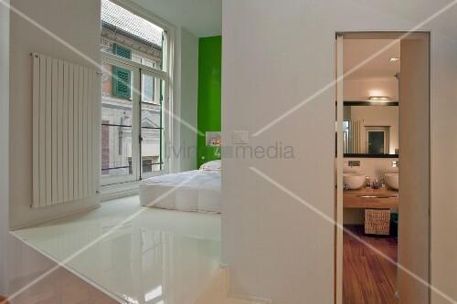 Kunstharzboden Bad offener schlafbereich mit weissem kunstharzboden und bett vor grün