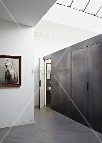 Einbau mit metall look an wand in minimalistischem for Innendesigner schweiz