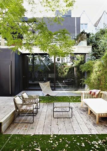 Terrassenplatz mit holzdielen vor modernem wohnhaus in der for Innendesigner schweiz