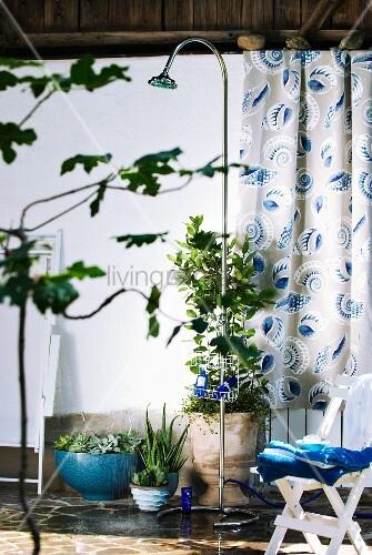 mobile aussendusche auf der terrasse mit pflanzt pfen und. Black Bedroom Furniture Sets. Home Design Ideas