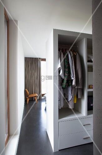 blick vorbei am raumteiler kleiderschrank mit offenen f chern in das wohnzimmer mit. Black Bedroom Furniture Sets. Home Design Ideas