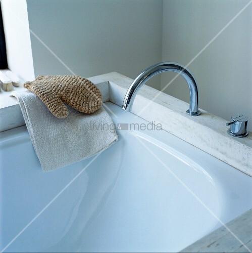 ausschnitt badewanne mit armatur und waschutensilien auf badewannenrand bild kaufen living4media. Black Bedroom Furniture Sets. Home Design Ideas