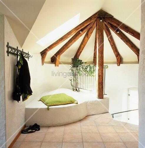 gemauerter sitzplatz und kissen unter dach mit holzkonstruktion bild kaufen living4media. Black Bedroom Furniture Sets. Home Design Ideas