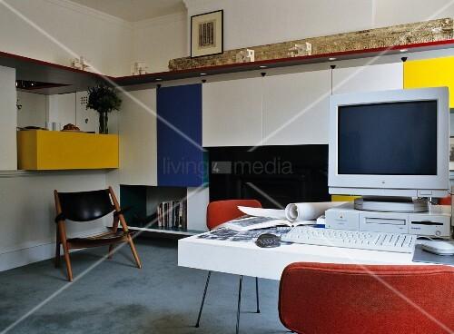 rechner auf arbeitstisch und farbige h ngeschr nke an wand bild kaufen living4media. Black Bedroom Furniture Sets. Home Design Ideas