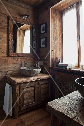 helles holzverkleidetes badezimmer mit rustikalem waschtisch und stein waschsch ssel an der. Black Bedroom Furniture Sets. Home Design Ideas