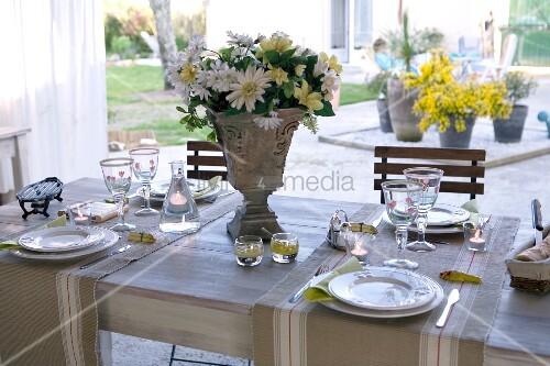 festlich gedeckter tisch auf terrasse und blick in. Black Bedroom Furniture Sets. Home Design Ideas