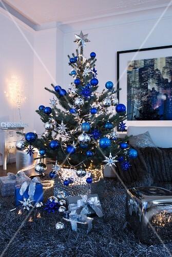 weihnachtsbaum mit blauen und silbernen kugeln auf. Black Bedroom Furniture Sets. Home Design Ideas