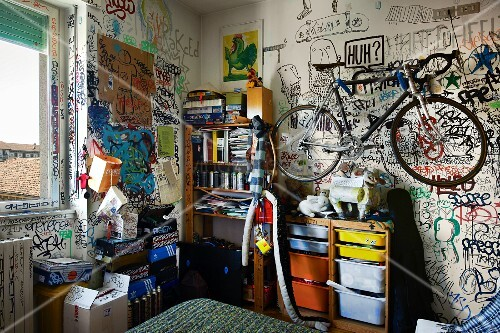 fahrrad h ngt ber regal an graffiti wand im jugendzimmer bild kaufen living4media. Black Bedroom Furniture Sets. Home Design Ideas