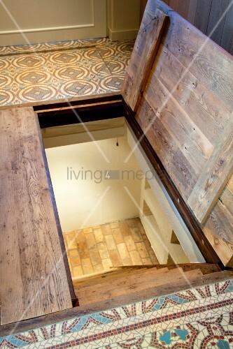 halboffene kellerluke in fussboden mit gemusterten fliesen. Black Bedroom Furniture Sets. Home Design Ideas