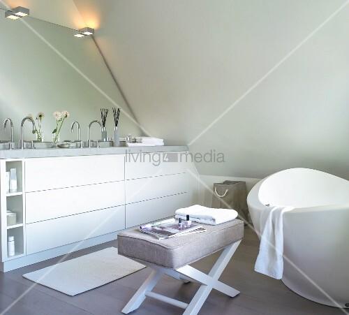 badezimmer unter dem dach mit freistehender wanne und polsterhocker bild kaufen living4media. Black Bedroom Furniture Sets. Home Design Ideas