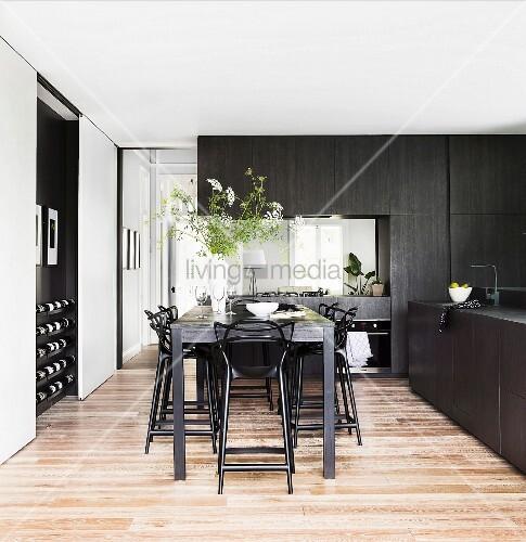 thekentisch mit schwarzen barhockern in eleganter. Black Bedroom Furniture Sets. Home Design Ideas