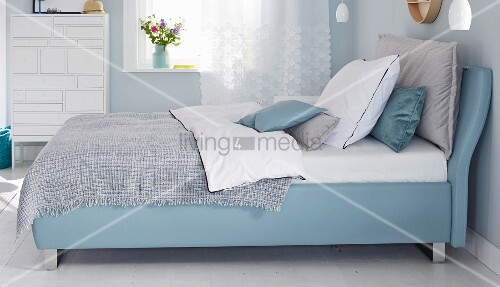 boxspringbett im schlafzimmer in blaut nen bild kaufen living4media. Black Bedroom Furniture Sets. Home Design Ideas
