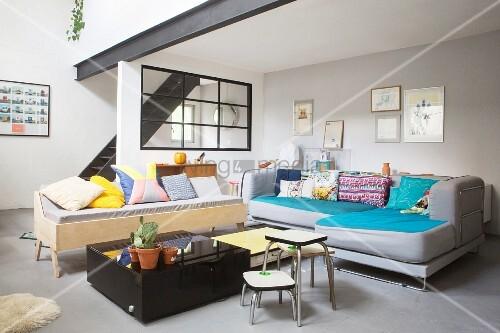 Wohnzimmer mit bunten kissen und schwarzer treppe zur galerieebene bild kaufen living4media - Wohnzimmer kissen ...