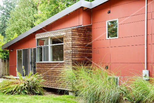 Modernes wohnhaus mit roten aussenpaneelen bild kaufen for Modernes wohnhaus