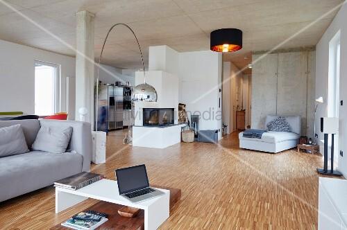 11976707 RF Modernes Wohnzimmer Mit Holzboden Und Betondecke