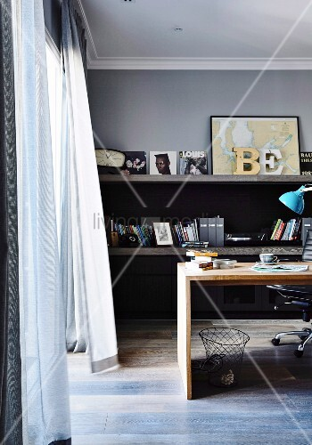 wehende vorh nge im maskulinen home office bild kaufen. Black Bedroom Furniture Sets. Home Design Ideas