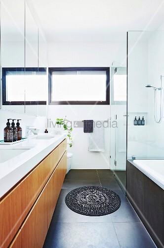 optisch vergr ertes bad mit spiegelwand und glasdusche. Black Bedroom Furniture Sets. Home Design Ideas