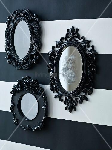spiegel mit schwarzen verschn rkelten rahmen als halloweendekoration bild kaufen living4media. Black Bedroom Furniture Sets. Home Design Ideas