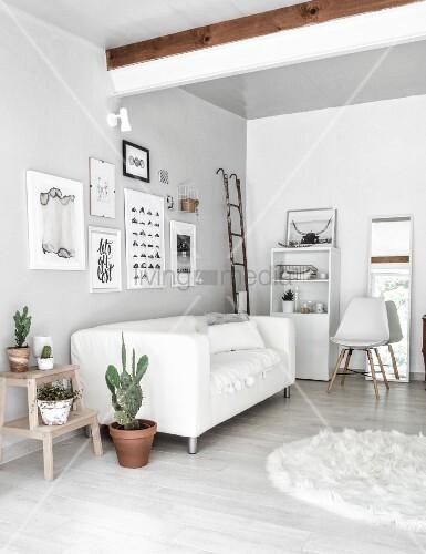 monochromes wohnzimmer mit stilmix aus alt und neu bild kaufen living4media. Black Bedroom Furniture Sets. Home Design Ideas
