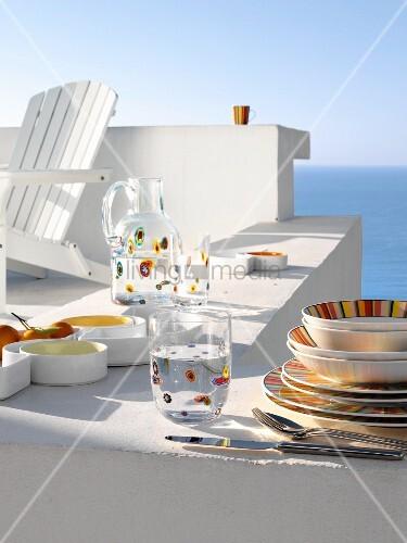 buntes geschirr auf einer wei en mauer am meer bild kaufen living4media. Black Bedroom Furniture Sets. Home Design Ideas