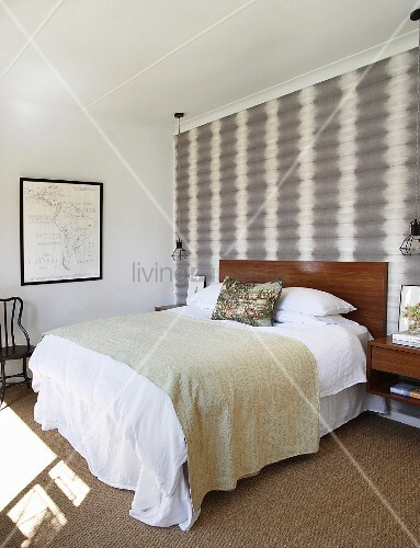 dezentes schlafzimmer mit grau wei er mustertapete und gerahmter landkarte bild kaufen. Black Bedroom Furniture Sets. Home Design Ideas