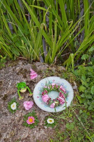blumenkranz aus bartnelken hortensien und gras im teller. Black Bedroom Furniture Sets. Home Design Ideas