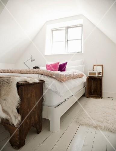 bett unter dem fenster im l ndlich romantischen dachzimmer bild kaufen living4media. Black Bedroom Furniture Sets. Home Design Ideas