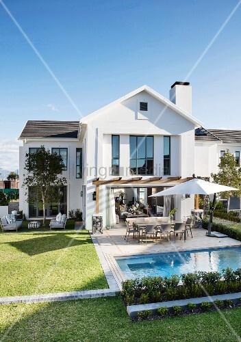 Elegantes modernes wohnhaus mit sonniger terrasse pool for Modernes wohnhaus