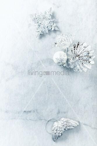 silberner weihnachtsschmuck auf marmorplatte bild kaufen. Black Bedroom Furniture Sets. Home Design Ideas