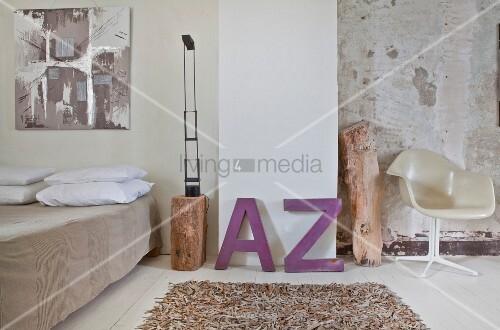 schlafzimmer mit leder teppich lila deko buchstaben und eklektischem flair bild kaufen. Black Bedroom Furniture Sets. Home Design Ideas