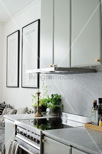 Küchenzeile mit Oberschränken, Marmor Küchenarbeitsplatte
