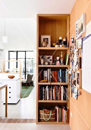 offenes regal mit b chern und accessoires und blick in offenen wohnbereich bild kaufen. Black Bedroom Furniture Sets. Home Design Ideas