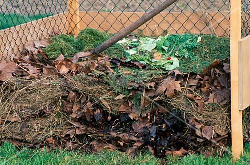 kompost aus bl ttern grasschnitt und k chenabf llen in kompostlege bild kaufen living4media. Black Bedroom Furniture Sets. Home Design Ideas
