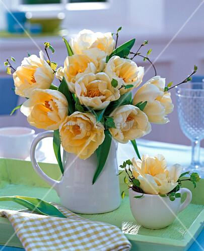 strau aus tulipa tulpen gelb in wei er kanne auf gr nem tablett bild kaufen living4media. Black Bedroom Furniture Sets. Home Design Ideas