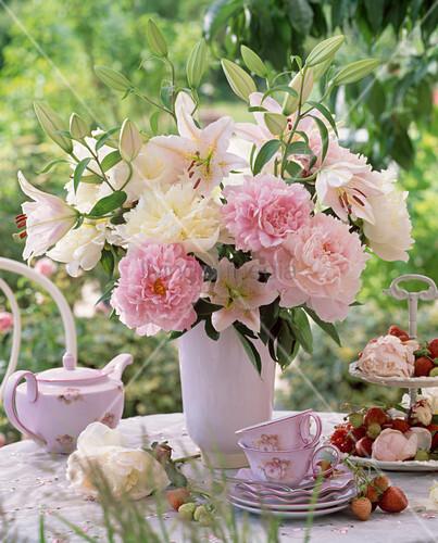 strau aus paeonia pfingstrosen und lilium lilien in wei er vase bild kaufen living4media. Black Bedroom Furniture Sets. Home Design Ideas