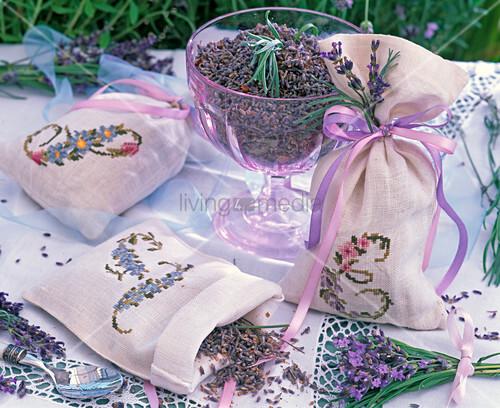 lavandula lavendel getrocknet in glasschale und in bestickten duftkissen bild kaufen. Black Bedroom Furniture Sets. Home Design Ideas