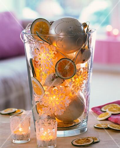 glas gef llt mit getrockneten scheiben von citrus limetten bild kaufen living4media. Black Bedroom Furniture Sets. Home Design Ideas