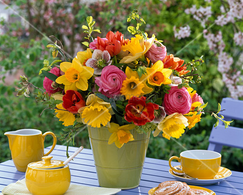 strau aus narcissus narzissen tulipa tulpen helleborus lenzrosen bild kaufen. Black Bedroom Furniture Sets. Home Design Ideas