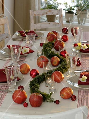 Schlichte Weihnachtliche Apfel Tischdeko Bild Kaufen