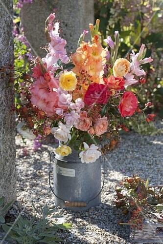 spaetsommerstrauss aus gladiolus gladiolen rosa rosen. Black Bedroom Furniture Sets. Home Design Ideas