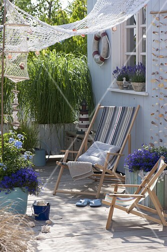 maritime terrasse mit goldleistengras und lavendel bild kaufen living4media. Black Bedroom Furniture Sets. Home Design Ideas